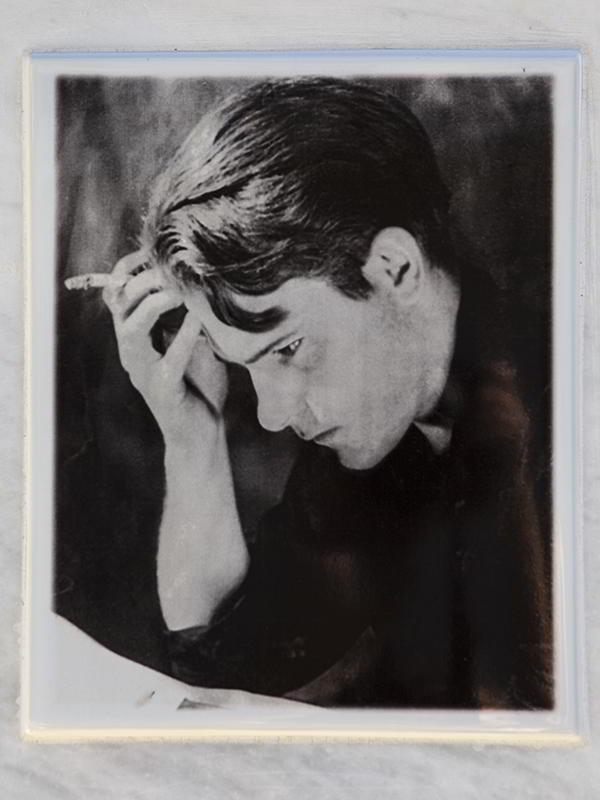 Мемориальная доска с портретом Лоренса Даррелла на White Home на Корфу.
