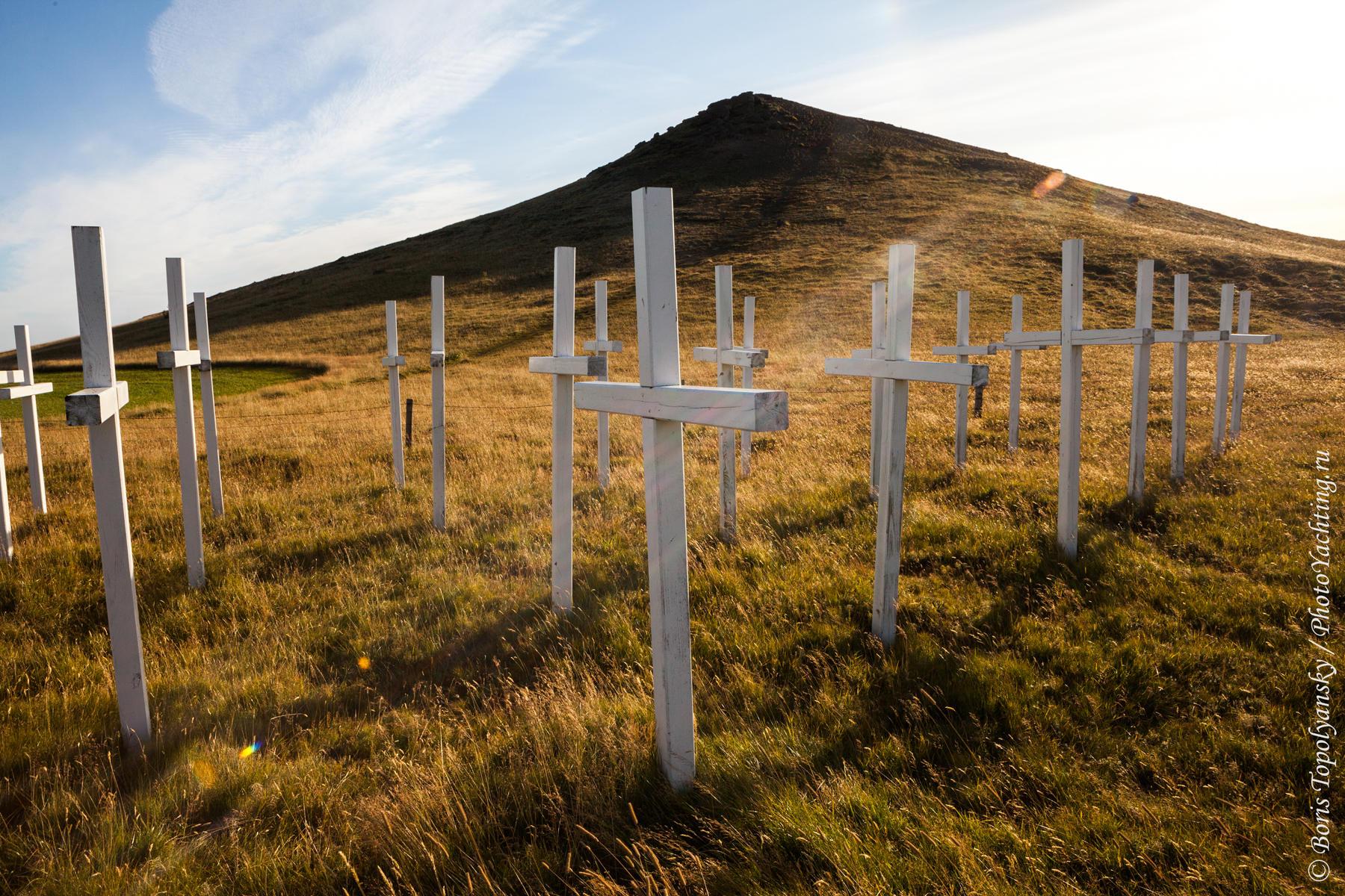Мемориал погибшим на дороге в Исландии