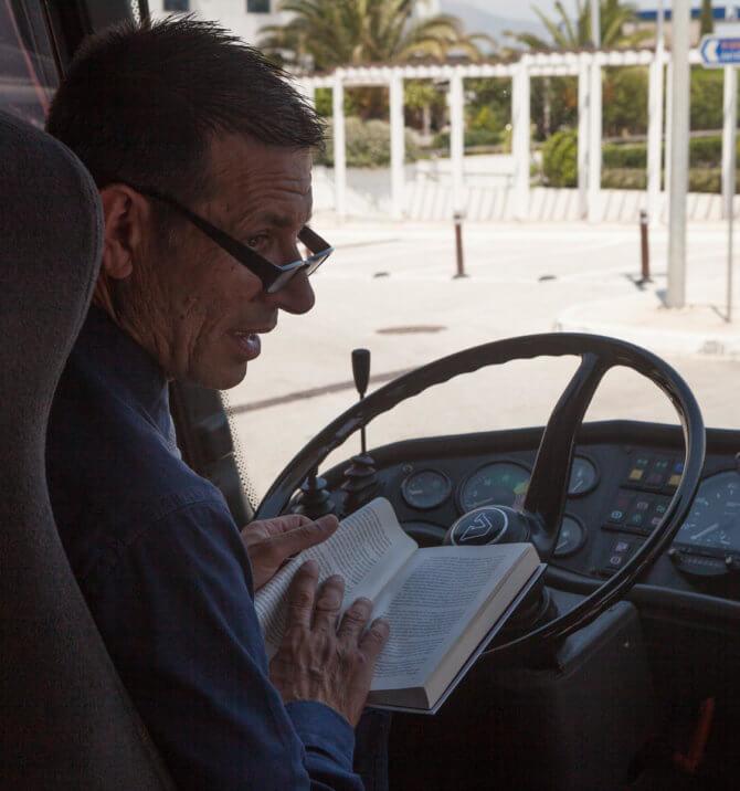 Водитель автобуса знакомит нас с Никосом Казандзакисом